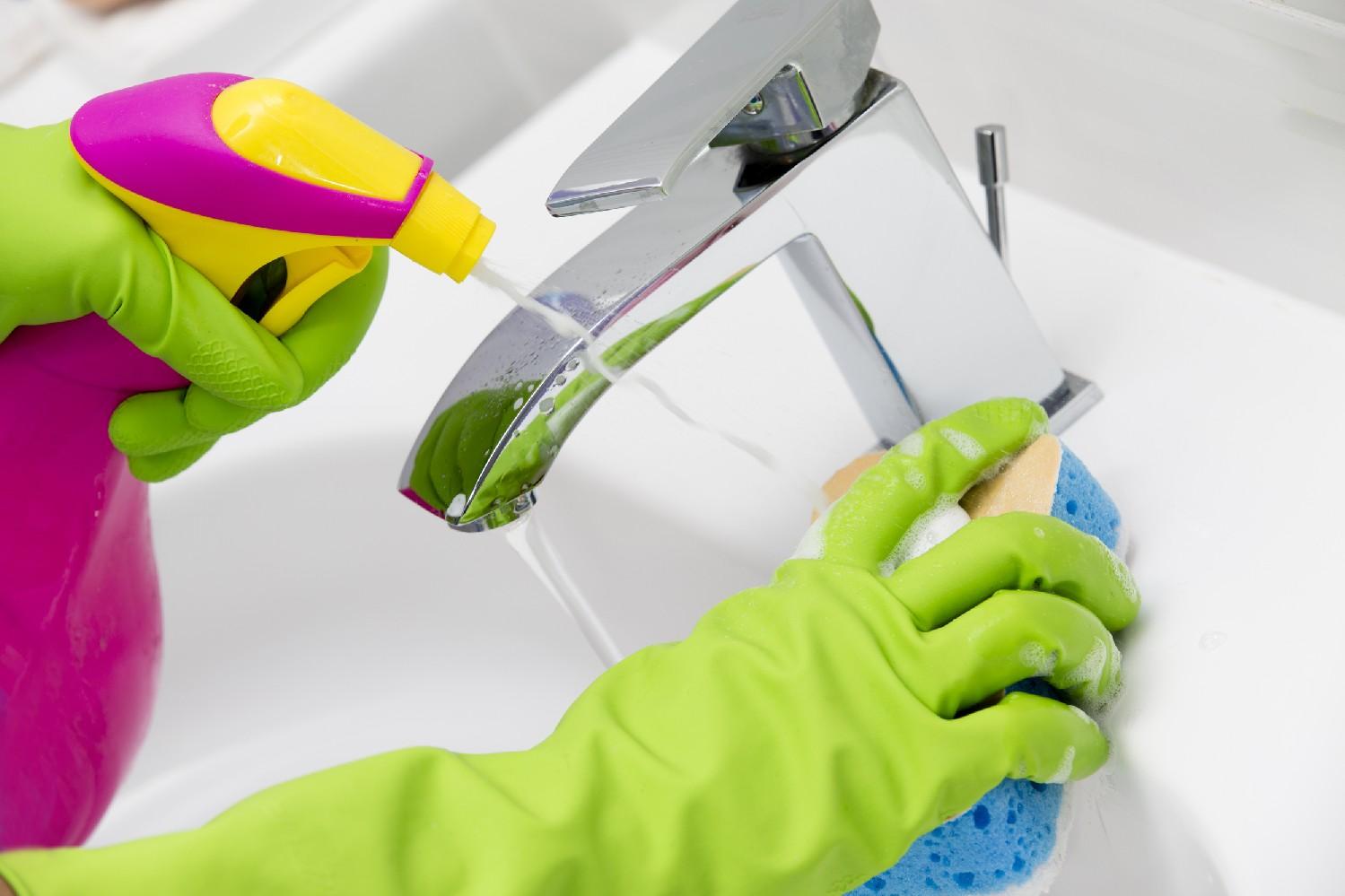 Vệ sinh các thiết bị bằng sứ trong nhà vệ sinh