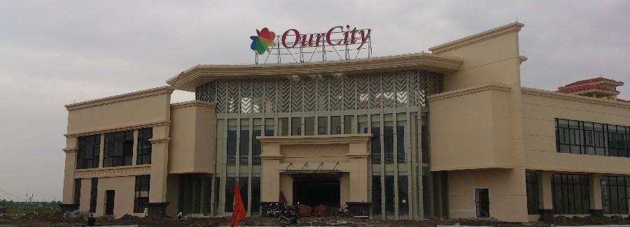 Vệ sinh kính mặt ngoài nhà điều hành khu đô thị Our City, Hải Phòng